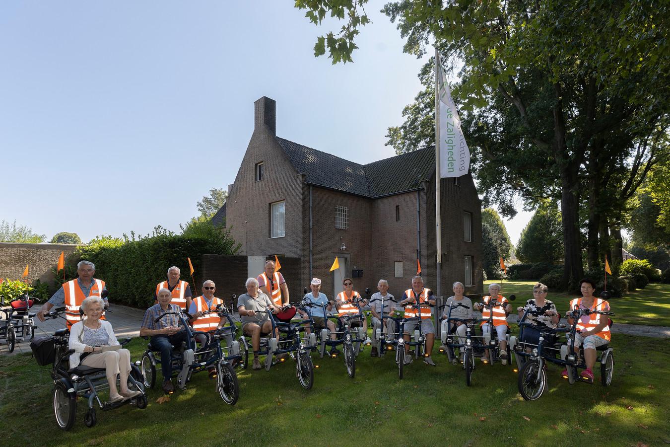 Bij het Fraterhuis vertrekt een aantal duofietsen voor een middagje uit. De stichting is op zoek naar een nieuw onderkomen voor de stalling van de fietsen, gezien de oude locatie is verkocht.