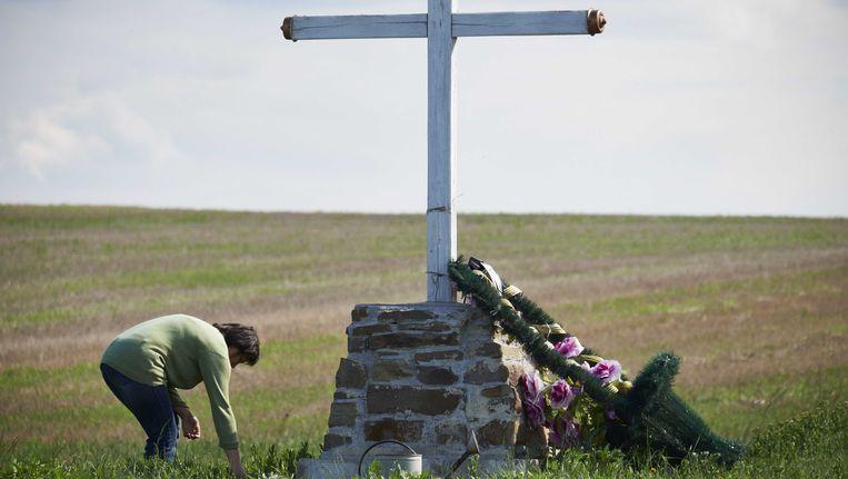 Rond de rampplek in Oekraïne heeft de lokale bevolking verschillende gedenktekens opgericht zoals die sobere kruis. Beeld anp