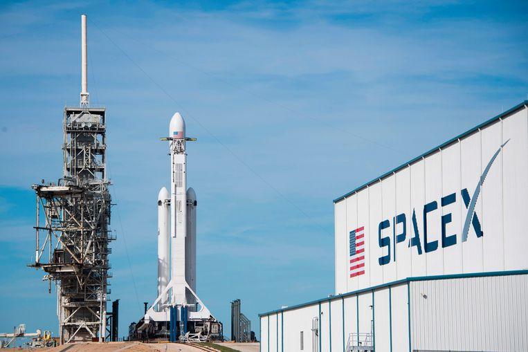 De Falcon Heavy van SpaceX staat op het lanceerplatform in het Kennedy Space Center in Florida. Beeld AFP
