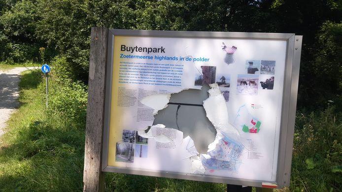 Het vernielde informatiebord bij het Buytenpark.