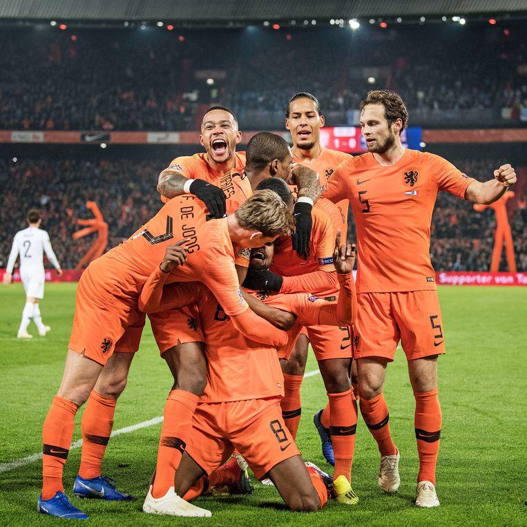 Mephis Depay is dolblij met de goal van Georginio Wijnaldum, de 1-0. Beeld Guus Dubbelman / De Volkskrant
