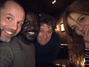 De acteurs van De Luizenmoeder keken de eerste aflevering gisteravond samen in een Amsterdams café