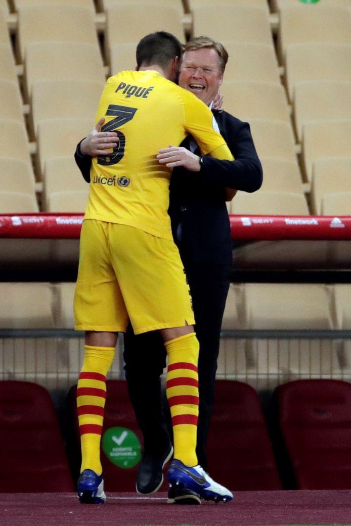Gerard Piqué omhelst Ronald Koeman.