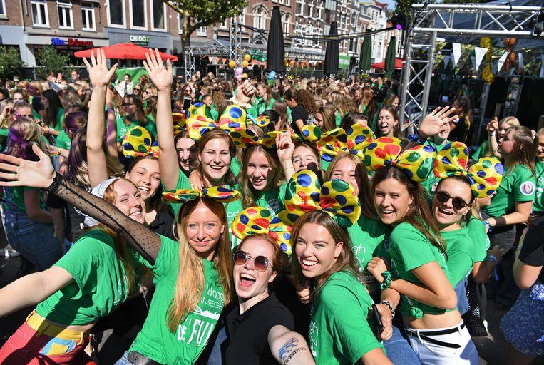 Een vrolijk beeld van de introductieweek van de Radboud Universiteit en Hogeschool in de binnenstad van Nijmegen. Sommige docenten plaatsen hun vraagtekens bij de heropening van het hoger onderwijs. Beeld Marcel van den Bergh