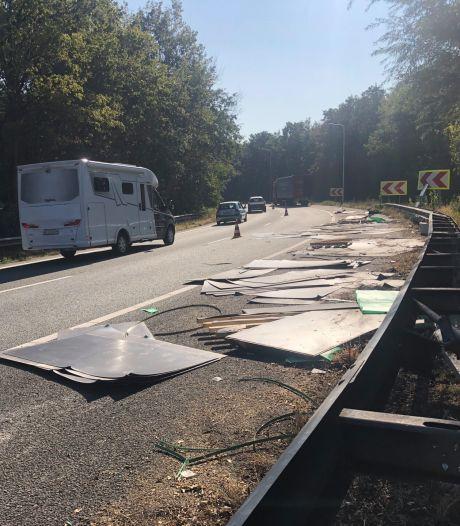 Vrachtwagen verliest tientallen stalen platen op A58 richting Bergen op Zoom