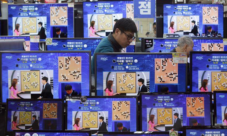 Eerder dit jaar won Google Deepmind een Go-match van de wereldkampioen. Hier is de match te zien op televisieschermen. Beeld AP