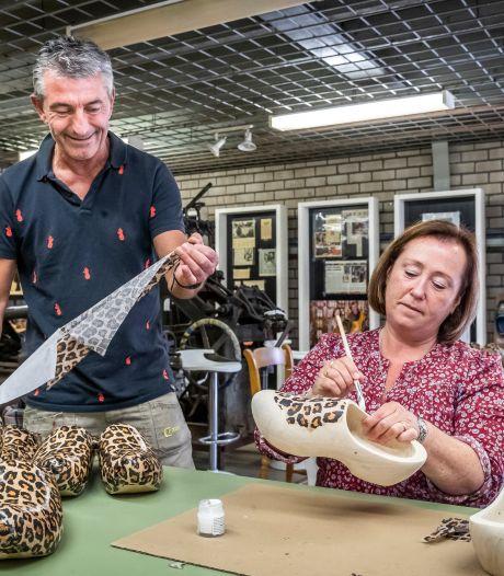 Klompen met panterprint uit Nijnsel hit op internet: 'Een restauranthouder uit Gran Canaria vindt het helemaal de bom'