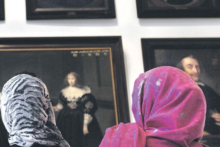 Deelnemers aan een inburgeringscursus in het Amsterdams Historisch Museum. (Joost van den Broek / de Volkskrant) Beeld