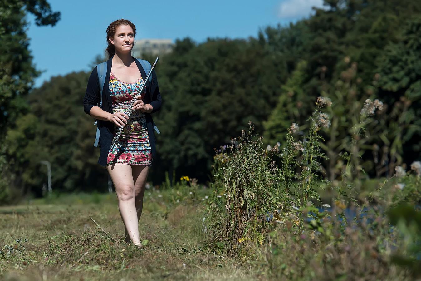 Vera Hofman, fluitiste en dirigente van beroep, gaat door Brabant en Limburg wandelen om met mensen te praten over de toekomst.