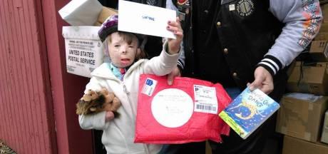 Verbrand weesmeisje bedolven onder kerstkaarten