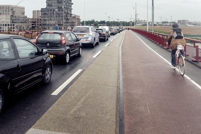 De Schellingwouderbrug richting Zeeburg. Beeld Jakob van Vliet