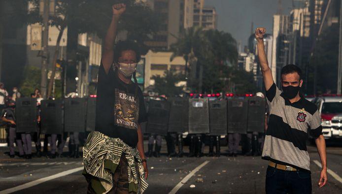 Actievoerders tegen de regering in São Paulo, op de achtergrond de oprukkende mobiele eenheid.