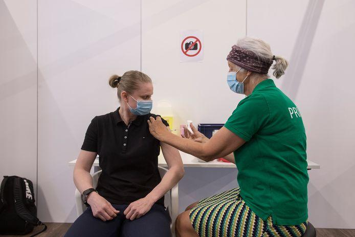 Arbeidsmigrant Sylwia Zbikowska meldt zich bij balie GGD Gelderland Zuid om een vaccinatie tegen corona te halen.
