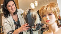 """Kapster Liselotte helpt kankerpatiënten hun zelfvertrouwen terugwinnen: """"Je haar zien uitvallen, is heel confronterend"""""""