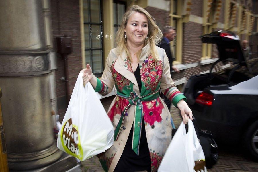 De jarige minister van Infrastructuur en Milieu Melanie Schultz van Haegen komt vrijdag met taart aan voor de wekelijkse ministerraad.
