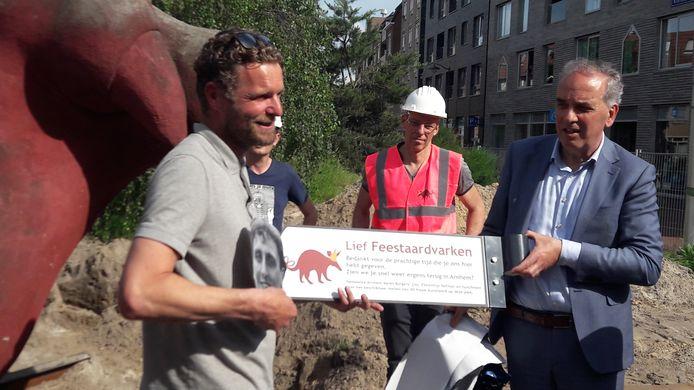 Florentijn Hofman (links) krijgt van wethouder Bob Roelofs het herinneringsbord.