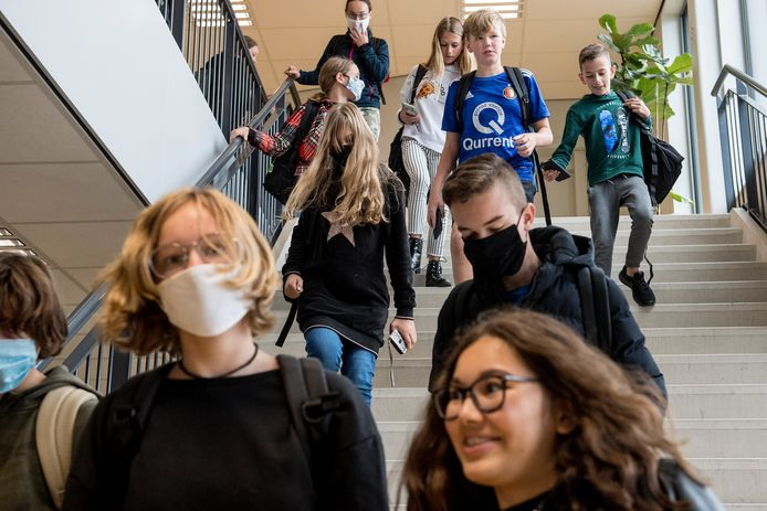 Op het O.R.S. Lek en Linge hebben geven sommige leerlingen wél en sommige geen gehoor aan het 'dringende advies' om mondkapjes te dragen buiten de lessen.
