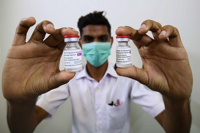 Een Pakistaanse gezondheidswerker toont flesjes met het AstraZeneca-vaccin. Afgelopen weekeinde ontving het land de eerste coronavaccins uit het Covax-programma, dat voor een eerlijke verdeling van vaccins moet zorgen. Beeld EPA