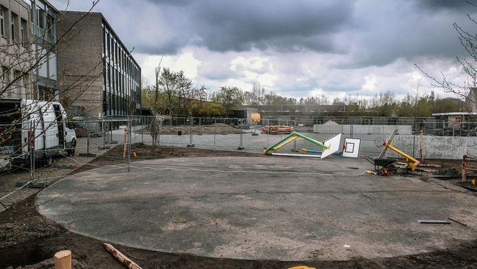 De voormalige asfaltvlakte heeft daarom plaats gemaakt voor een park met onder meer een buitenklas en sportvelden.