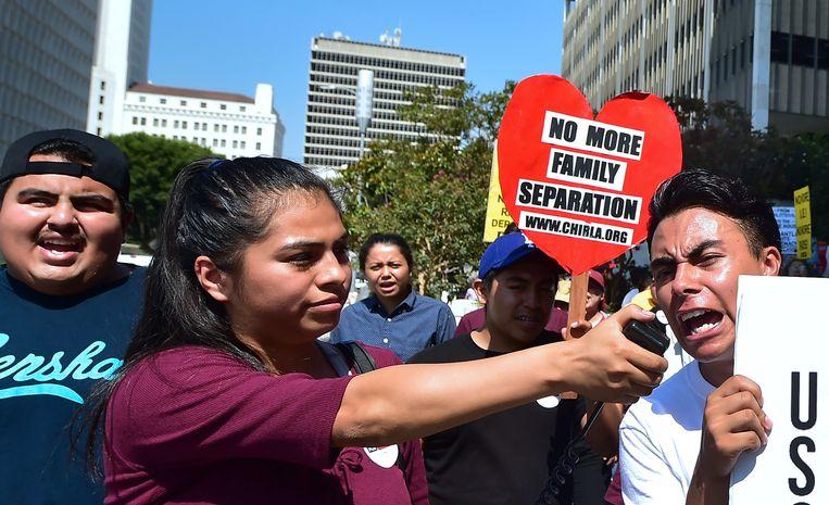 Demonstranten protesteren in Los Angeles tegen het afschaffen het beschermingsprogramma dat Obama in 2012 invoerde. Beeld AFP