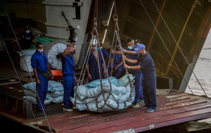 Hulpgoederen uit Mexico worden van boord gehaald in de haven van Havanna. (30/07/2021)