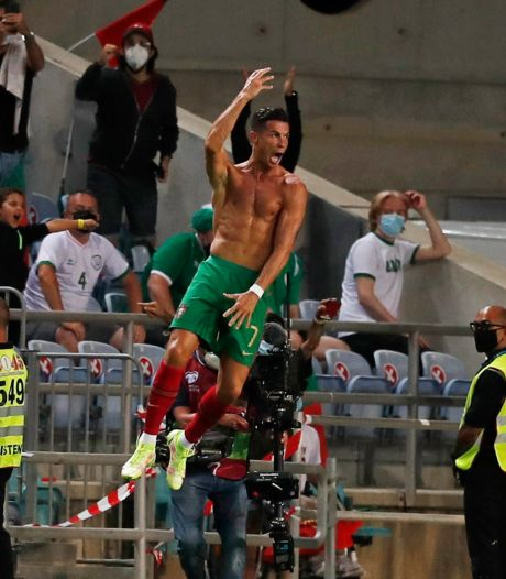 Cristiano Ronaldo passeert Ali Daei met late kopgoals tegen Ierland