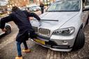 Het moment dat de microfoon van verslaggever Mark Baanders de motorkap van de BMW X5 van Jaawk B. raakt.