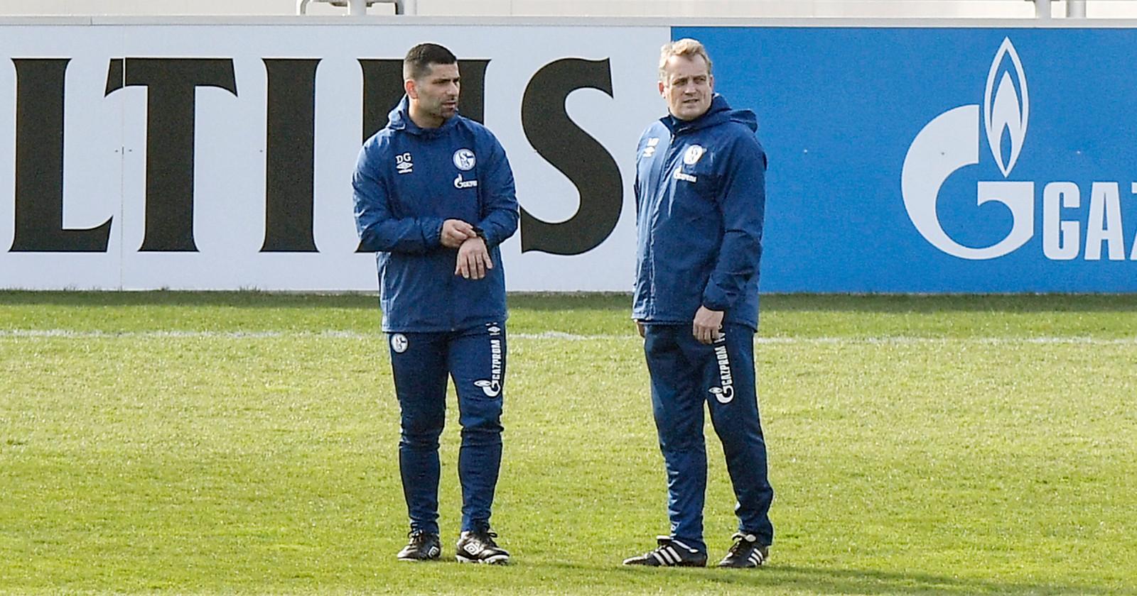 Schalke-trainer Dimitrios Grammozis (l) en assistent Mike Büskens.