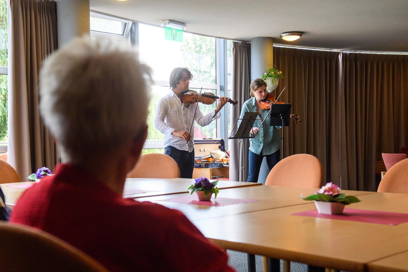 Tim Brackman en Floor Le Coultre spelen in de Whemerhof.