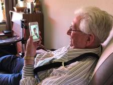 Bewoners in zorgcentra krijgen telefoons en Ipads: 'Geweldig dat ik mijn kinderen kan spreken en zien'