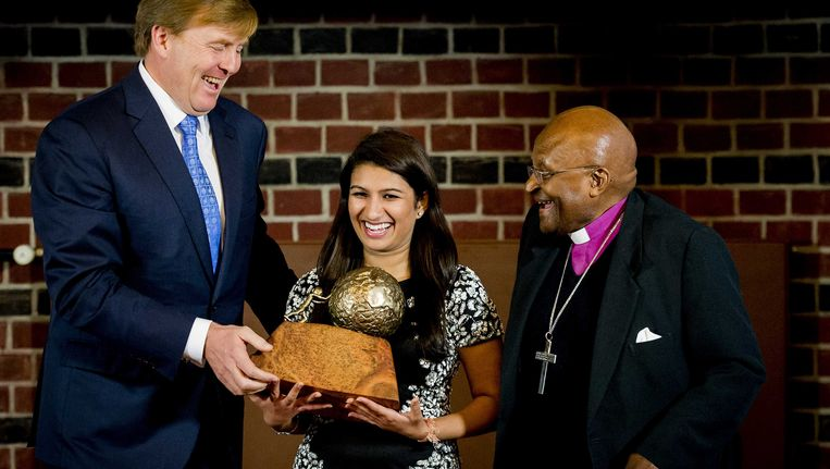 Gupta kreeg de prijs uitgereikt door de Zuid-Afrikaanse bisschop Desmond Tutu en koning Willem-Alexander Beeld ANP