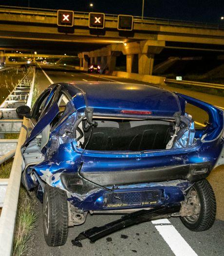 Auto volledig in de prak bij nachtelijk ongeluk op snelweg