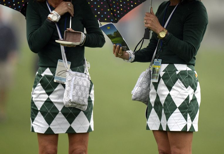 Golf fans in matching outfits watch a practice round April 7, 2014 at Augusta National Golf Club in Augusta, Georgia ahead of the start of the 2014 Masters Golf Tournament.    TOPSHOTS/AFP PHOTO / Timothy A. CLARY Beeld AFP
