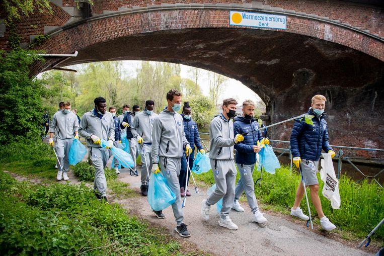 De Gentse spelers doen mee aan de River Clean Up Challenge. Beeld BELGA