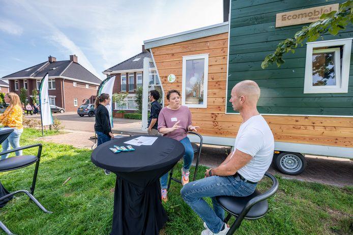 De Ecomobiel stond zaterdag In de Dominicus van Ophovenstraat in Veghel. Buurtbewoner Patrick van den Biggelaar (wit shirt) laat zich bijpraten over aardgasvrij wonen door voorlichten door Hannet Johannes.