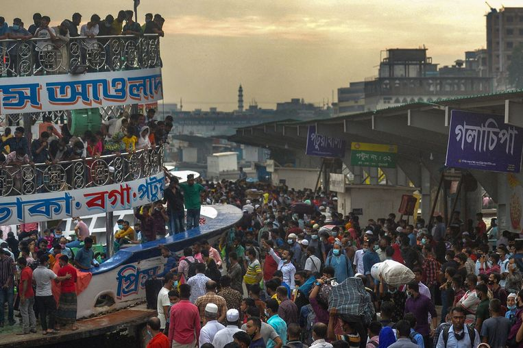 In de Bengalese hoofdstad Dhaka gaan mensen aan boord van een veerboot nadat de regering vanwege het Offerfeest de coronarestricties heeft versoepeld. Beeld AFP
