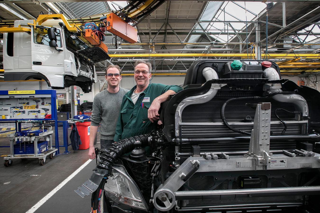 Jan en Jorgo Leermakers aan de assemblagelijn van DAF Trucks in Eindhoven.