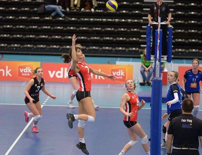 """Anna Koulberg is dochter van twee BV's, bekende volleyballers: Sacha Koulberg en Anja Duyck: """"Wat ik nu beleef, hebben zij ook meegemaakt."""""""