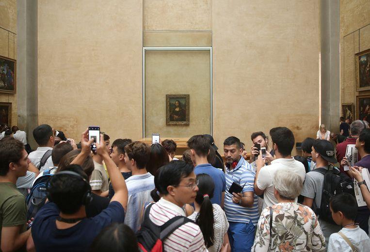 Het eerder kleine schilderij kan in het Louvre in parijs altijd rekenen op veel belangstelling. Beeld Photo News