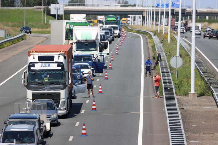 Bij een aanrijding tussen twee personenauto's op de A4 bij Schipluiden zijn vanmiddag twee personen gewond geraakt.