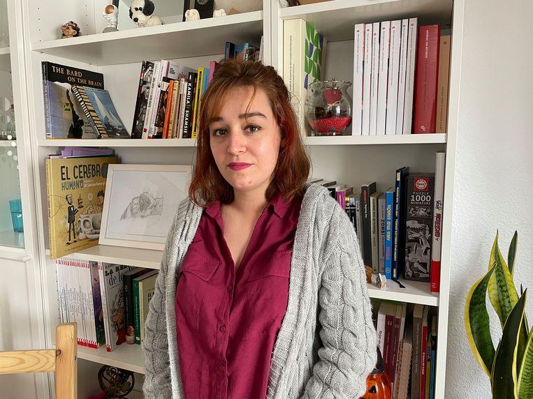 Alejandra de la Fuente, oprichter van het blog en twitteraccount Mierda Jobs ('shitbanen') in Spanje. Beeld Alex Tieleman