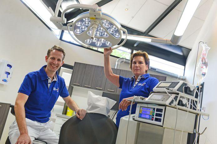 Kaakchirurg Frank Leusink en verpleegkundige Jacqueline Grevinga in de praktijk aan de Weijinksweg. De kliniek is telefonisch 24 uur per etmaal bereikbaar, ook tijdens de weekenden.