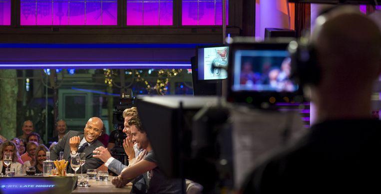 De camera draait tijdens een uitzending van RTL Late Night met presentator Humberto Tan. De talkshow op RTL 4 wordt live uitgezonden vanuit het NH Schiller Hotel op het Rembrandtplein. Beeld anp