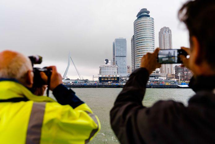 De aankomst van het imposante cruiseschip brengt vele fotografen op de been.