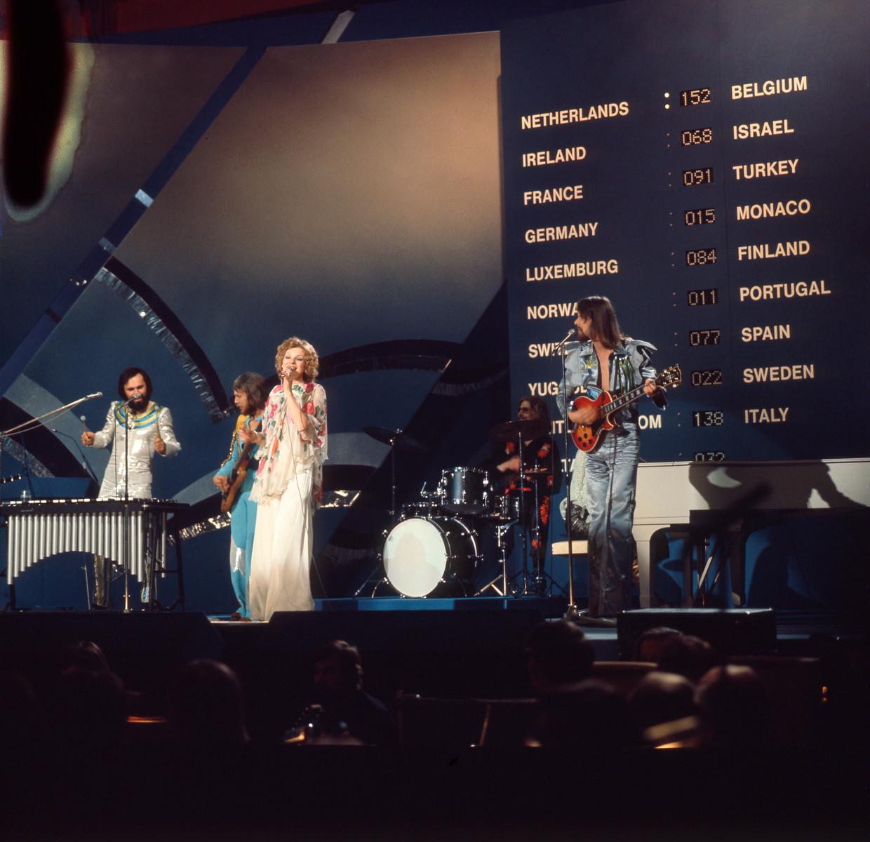 De Nederlandse popgroep Teach-In tijdens de reprise na het winnen van het Eurovisie Songfestival in Stockholm, met het nummer 'Ding-a-dong'. Op de achtergrond het scorebord. Zweden, Stockholm, 22 maart 1975. Beeld Hollandse Hoogte