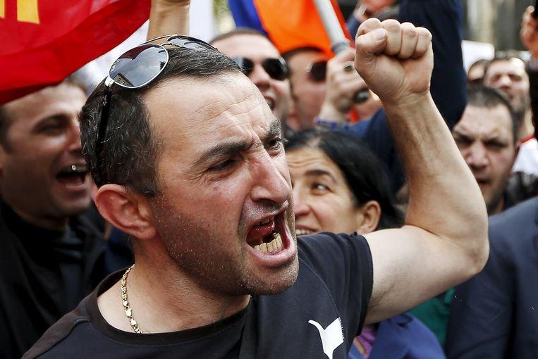 Aan de Turkse ambassade werd de sfeer grimmiger.Beeld REUTERS