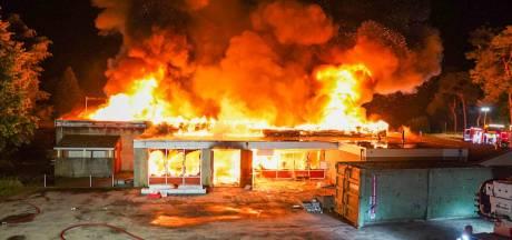 Grote brand verwoest horecagebouw op terrein camping De Zwarte Bergen in Luyksgestel