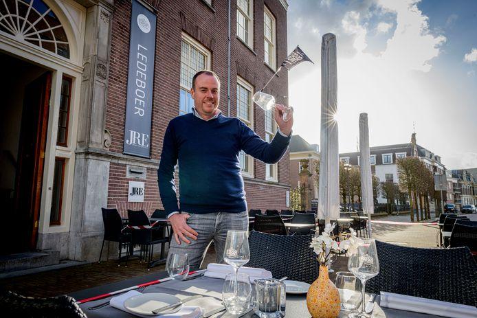 Richard van den Hoeven van restaurant Ledeboer in Almelo doet mee aan het horecaprotest. Dinsdag worden de terrassen opgezet, maar er wordt niet geserveerd.