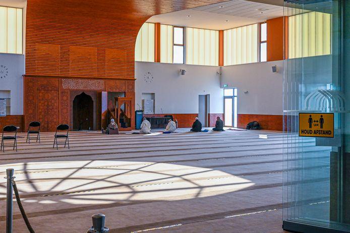 Het vrijdagmiddaggebed in de El Fethmoskee in Bergen op Zoom. Tijdens corona nog altijd bijgewoond door zo'n 100 tot 150 gelovigen, aldus een woordvoerder van de moskee. Maar afgelopen vrijdag waren het er beduidend minder.