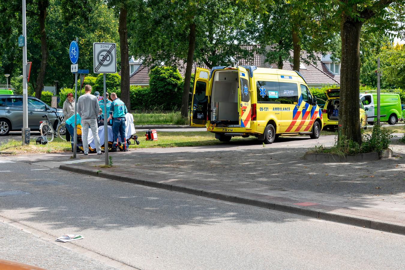 De fietser moet naar het ziekenhuis na een botsing met een auto.